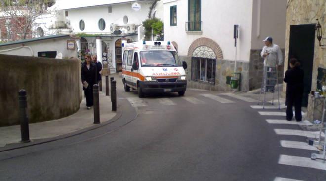 64495208-ambulanza-positano.jpg