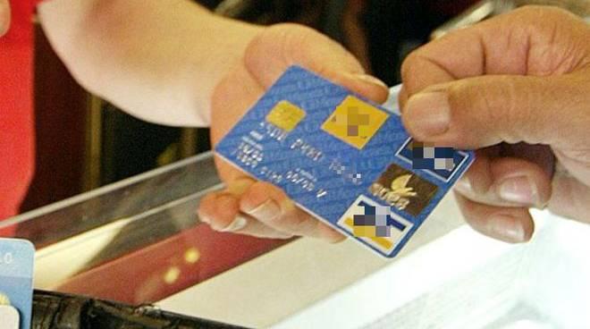 cava-detirreni-scoperto-mentre-fa-shopping-con-carte-di-credito-e-documenti-falsi.jpg