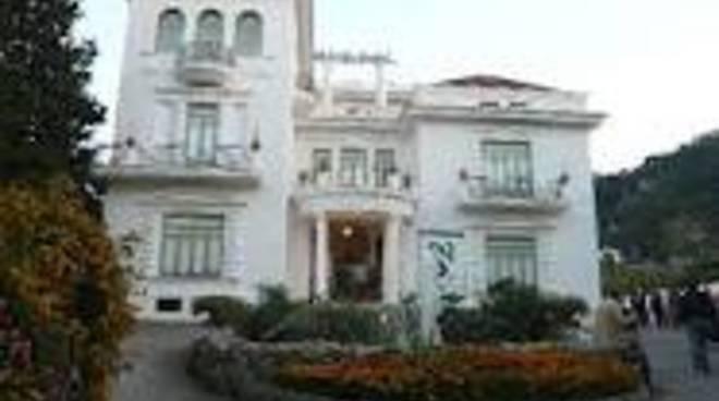 lo-storico-edificio-di-villa-fiorentino-a-sorrento.png