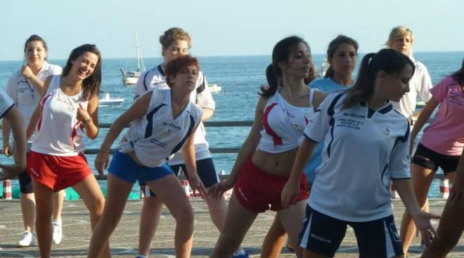 le-ballerine-del-flash-mob-summer-sport-in-azione.jpg