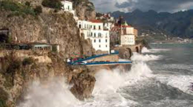 Mareggiata_In_Costiera_Amalfitana_Surfisti_Salvati_A_Cetara.jpg