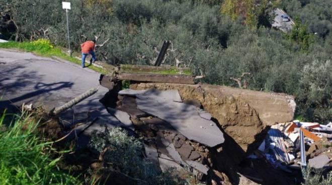 Sorrento - la frana di via Fontanelle distrugge una casa abusiva condonata