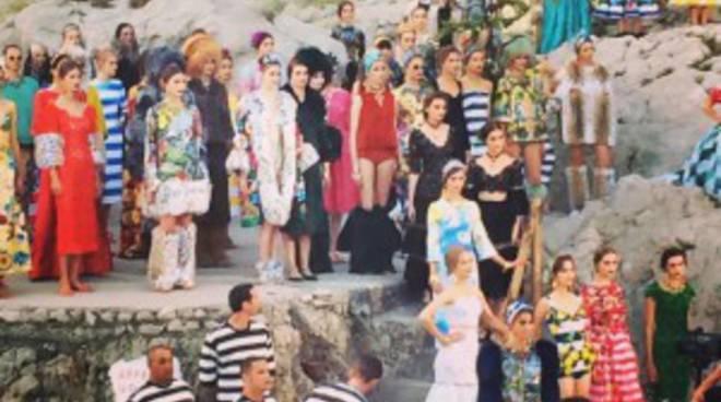 Dolce e Gabbana conquistano i Faraglioni con la sfilata della loro ... f3c36d393b4