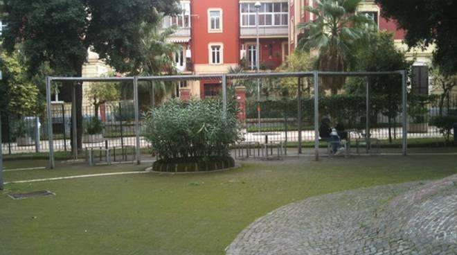 Napoli Difende I Bambini Al Parco Dalle Molestie Di Una Baby Gang