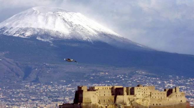 Napoli 23 Dicembre 2003:Vesuvio con neve (Foto Cesare Abbate)