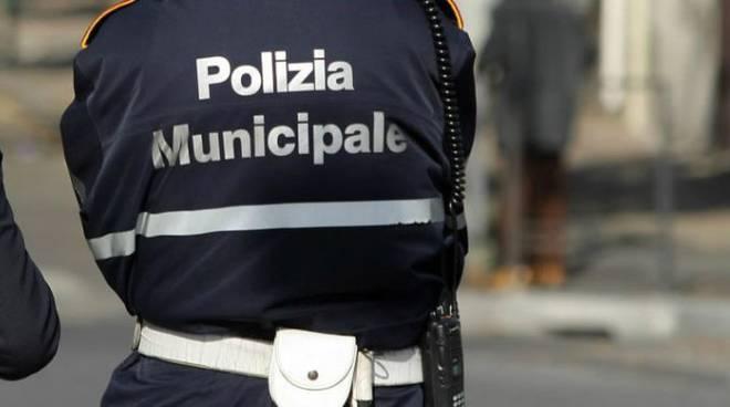 polizia-municipale-vigili-urbani-735x400-1-696x379-1.jpg