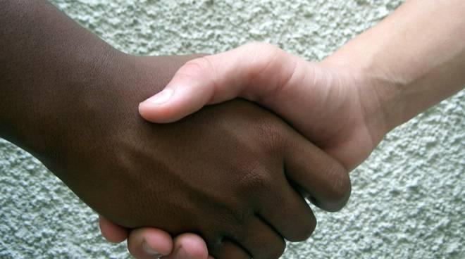 Dodicenne di colore vittima di insulti razzisti