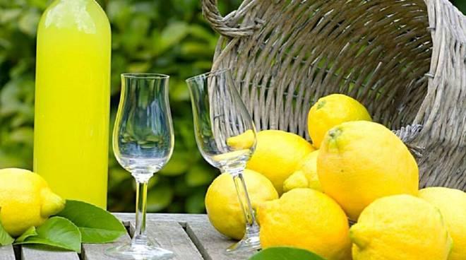 Sequestrati cinque quintali di finto limoncello