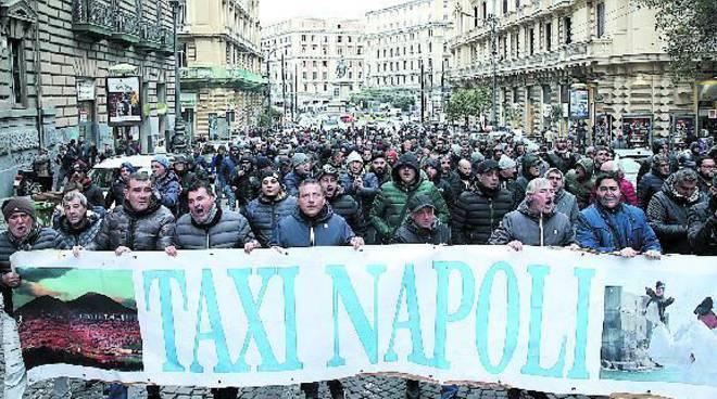 Taxi a Napoli sciopero contro concorrenza sleale bus turistici