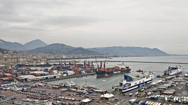 Al porto di Salerno Suv imbarcato per un paese africano
