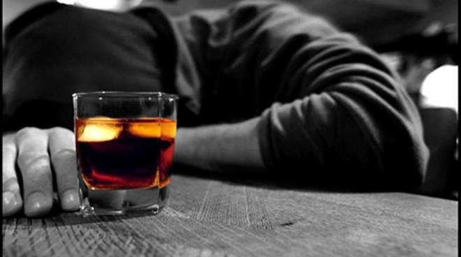 Nei locali notturni molti gli alcolici serviti ai giovani