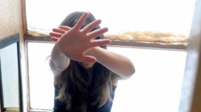 Vimercate: 13enne picchiata dal padre per un selfie su Instagram, arrestato