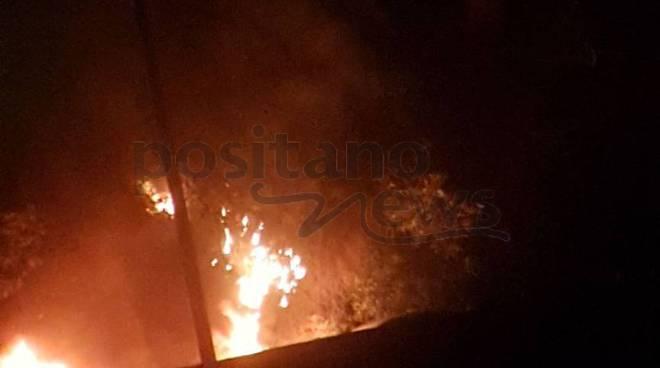 Positano. Incendio auto sulla strada per Monteprtuso