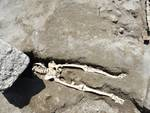 Straordinaria scoperta a Pompei: emerge la prima vittima nel cantiere dei nuovi scavi