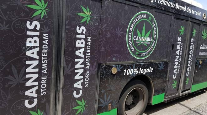 Autobus dell'Eav con la pubblicità di un cannabis store