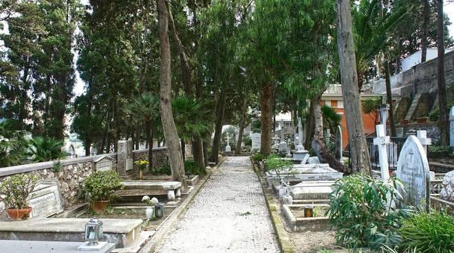 Denuncia sui lavori in corso nello storico cimitero acattolico di Capri