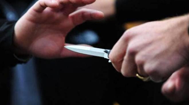 Minorenne minacciata con un coltello