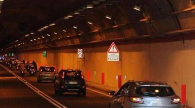 Vico Equense. Incidente sulla Strada Statale 145/VAR all'interno della galleria S. Maria di Pozzano