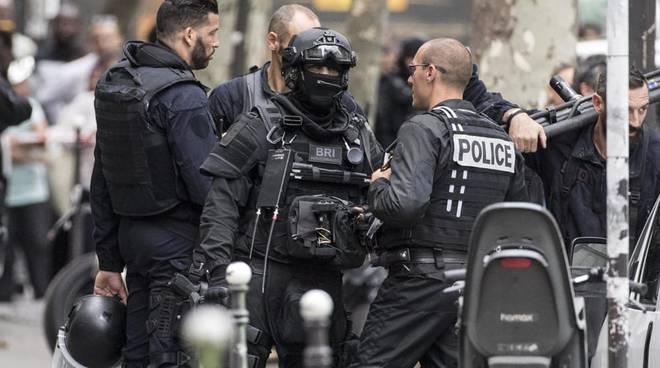 Parigi, un uomo accoltella due donne e ne ferisce una terza. L'Isis rivendica