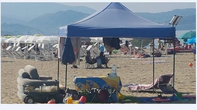 Salotto sulla spiaggia libera di Paestum