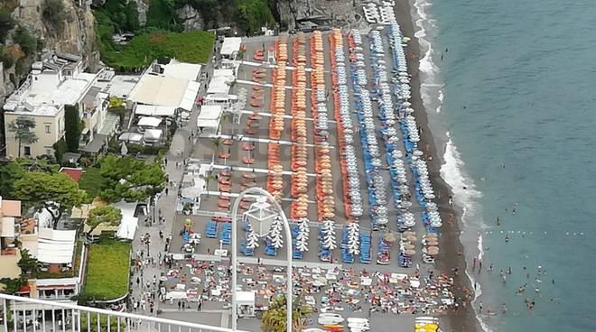 spiaggia libera affollata positano