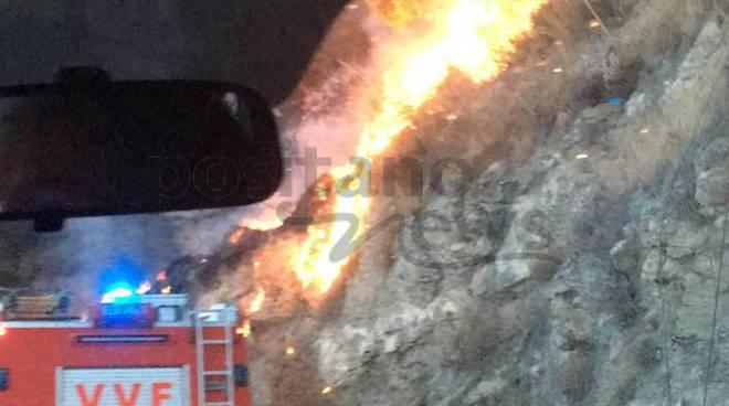 Positano incendio sulla Statale Amalfitana 163