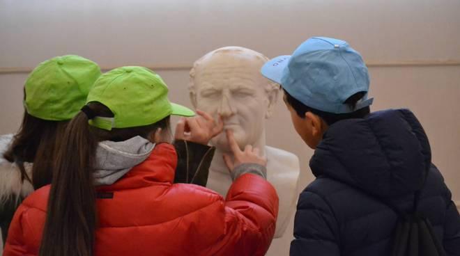 Bambini e una scultura