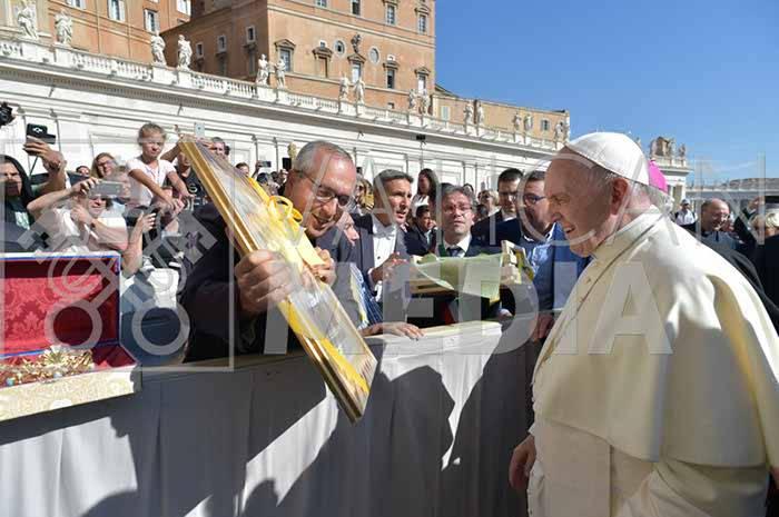 il-papa-riceve-la-comunita-di-minori-e-le-reliquie-di-santa-trofimena-3233396