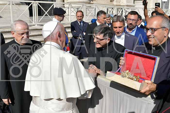 il-papa-riceve-la-comunita-di-minori-e-le-reliquie-di-santa-trofimena-3233397