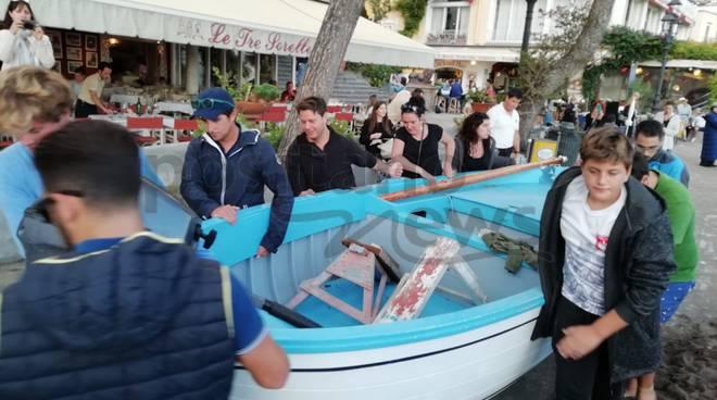 Positanesi e turisti spostano le barche