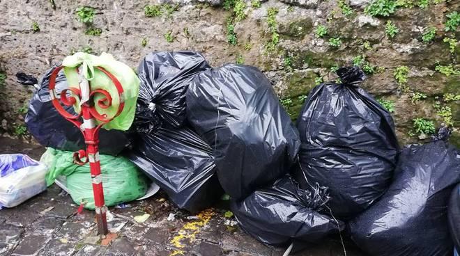 montagna di spazzatura a trasaella senza rispetto
