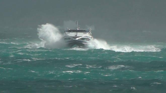traghetti saltano per mare agitato