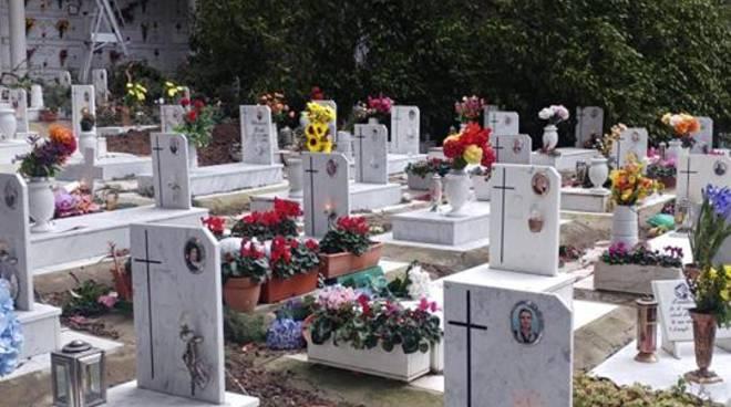 Vico Equense cimitero con alberi