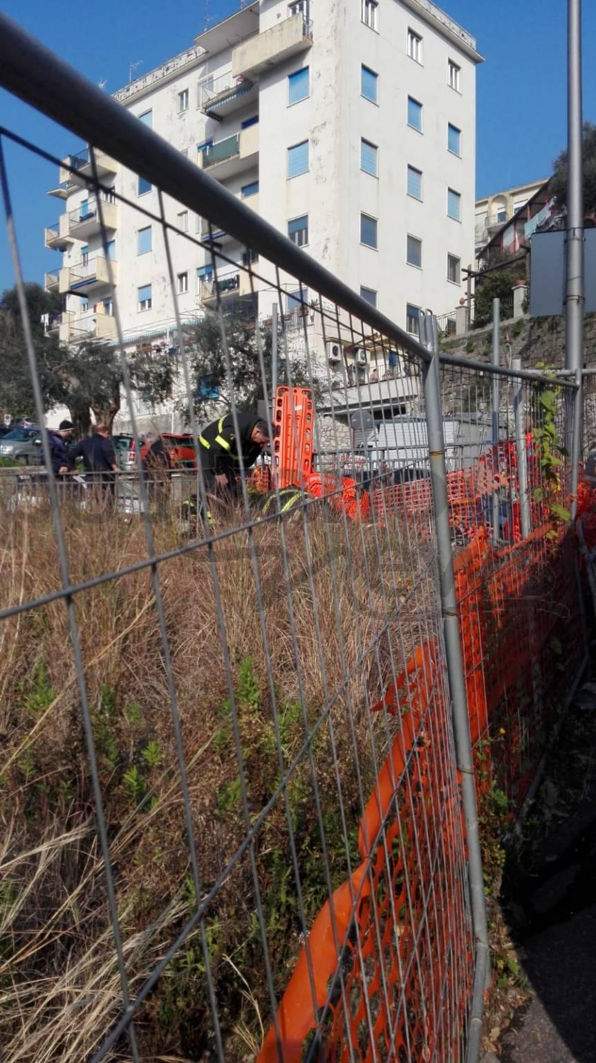 Vico Equense, incidente su Corso Filangieri: un geometra rimane intrappolato in un pozzetto. Sul posto i soccorsi