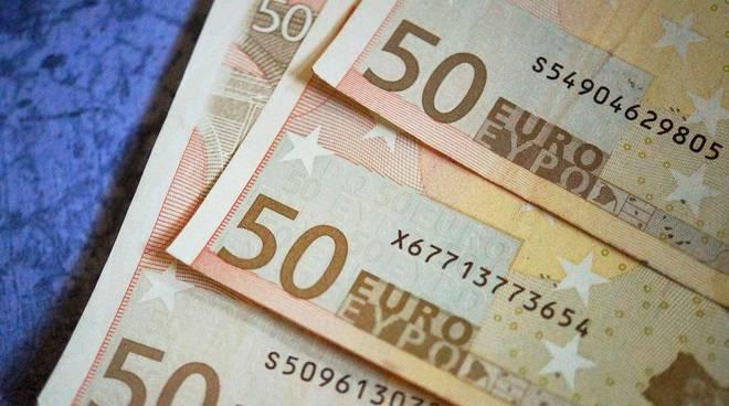 Banconote false nel retro di una macelleria