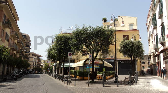 -AFFITTASI LOCALE COMMERCIALE A PIANO DI SORRENTO-
