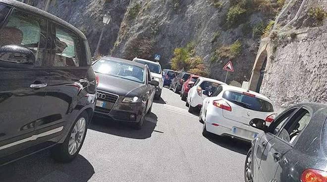 Costiera amalfitana ancora bloccata dal traffico