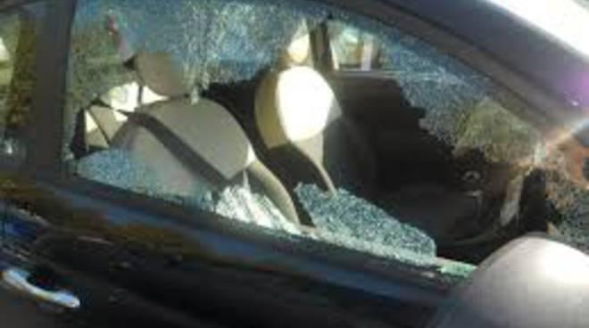 Angri: Vetri dell'auto distrutti. Rubati biglietti per Gigi D'Alessio
