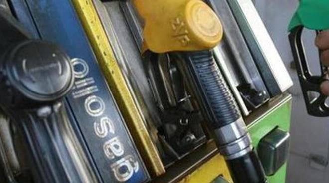 Ponte di Pasqua: scatta il caro benzina