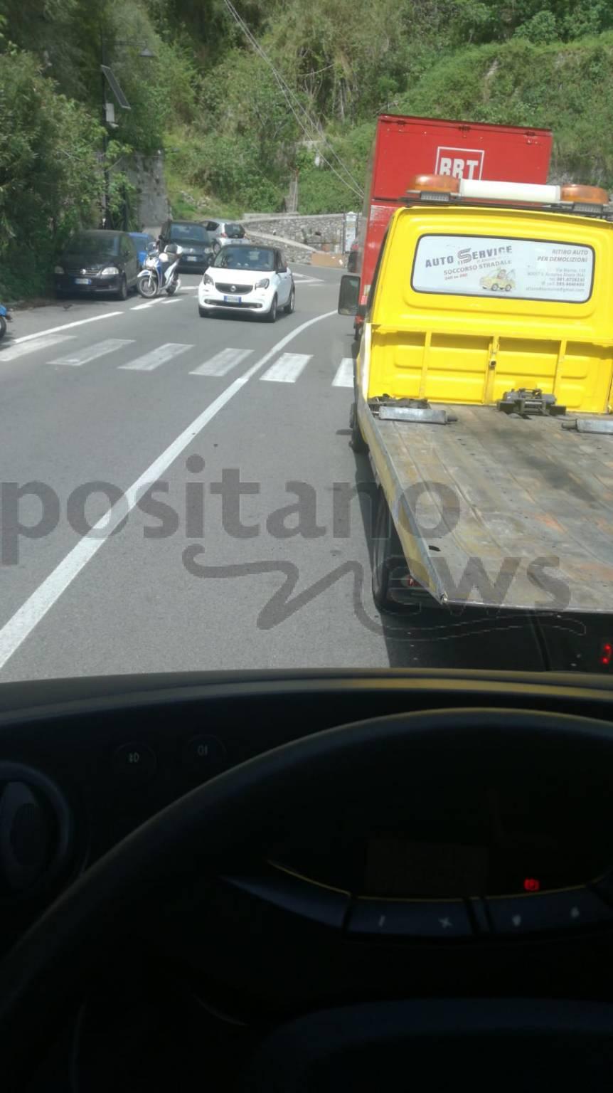 Positano-Vietri: Continua il traffico anche di pomeriggio. Rimandato di un'ora un funerale