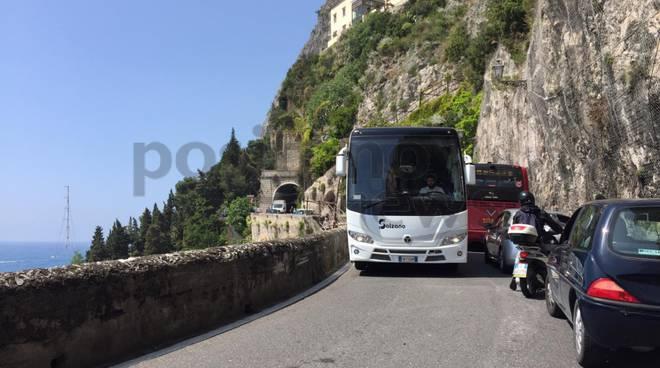 Amalfi preda del traffico tra le due gallerie