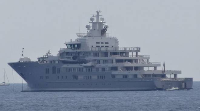 Mega yacht Andromeda