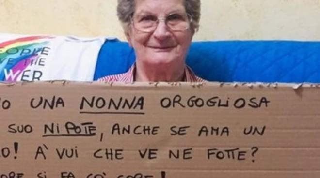 Avellino pride nonna col cartello