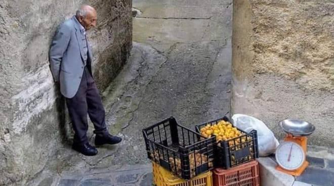 L'uomo che vende le nespole fa il giro del web. Nella foto la semplicità e la dignità del Sud