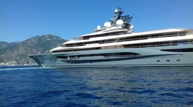 Il Flying Fox in Costiera: lo yacht da 300 milioni di dollari in rada ad Atrani