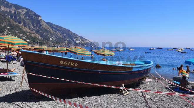 positano barca affondata spiaggia fornillo