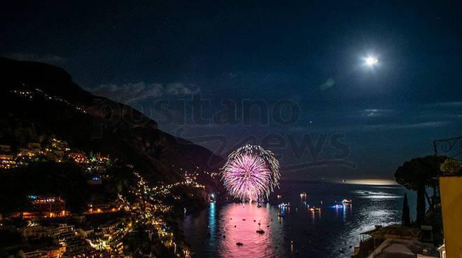 Positano fuochi d'artificio con la luna piena