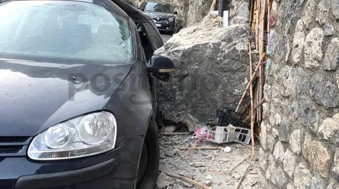 Praiano, cadono pietre lungo la strada