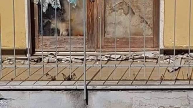 Cane nella finestra della signora a Sant'Agnello