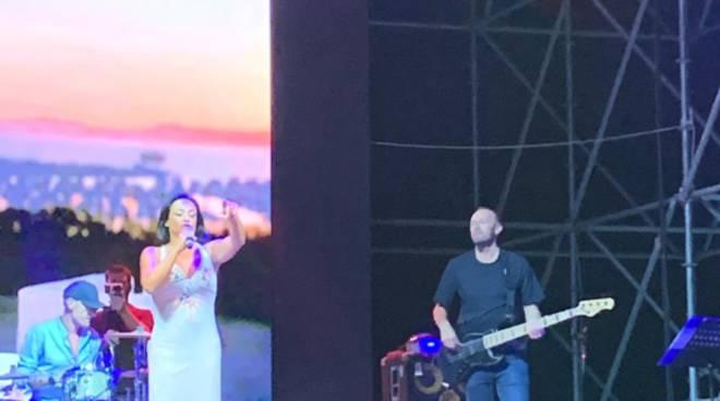 Fabrizio Buongiorno sul palco con Maria Nazionale al Bufala Fest di Napoli